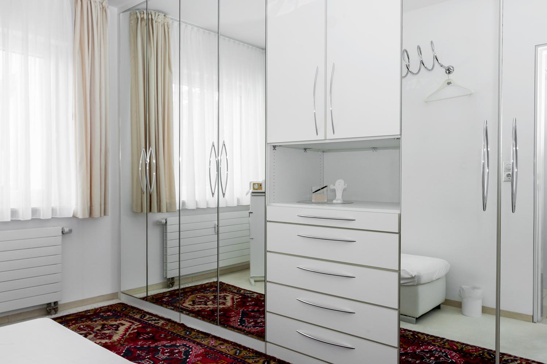 Ankleidezimmer mit Kleiderschrank