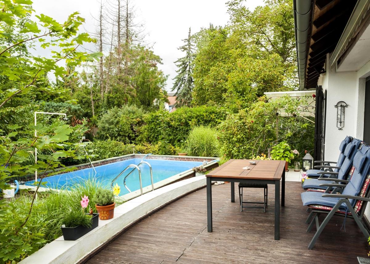 Pool - Ansicht mit Terrasse