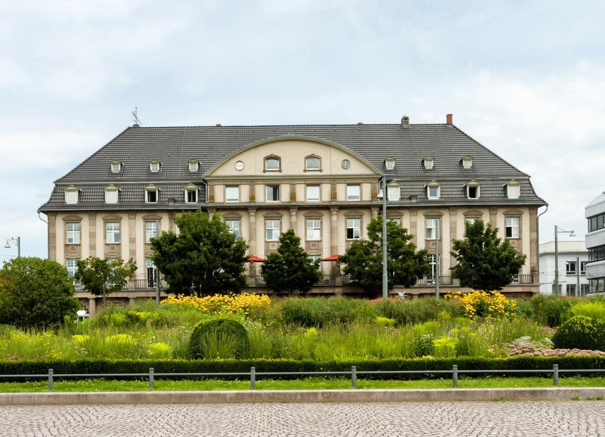 Gebäude mit Grünflächen