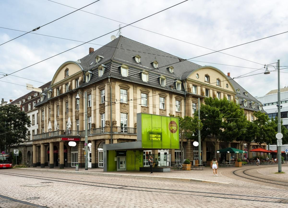 Gebäude mit Platz
