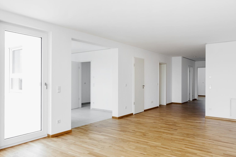 Wohnzimmer mit Blick in Küche und Flur